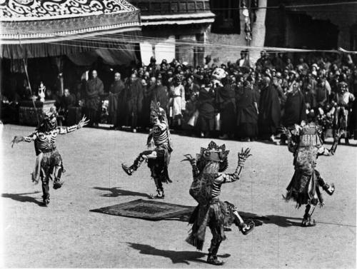 Lhasa, Kriegs-, Teufels- und Lamatänze anlässlich des heranrückenden Neujahrsfestes im Hofe des Potala