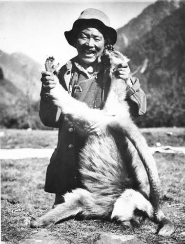 Tibetexpedition, Tibeter mit erlegtem Affen
