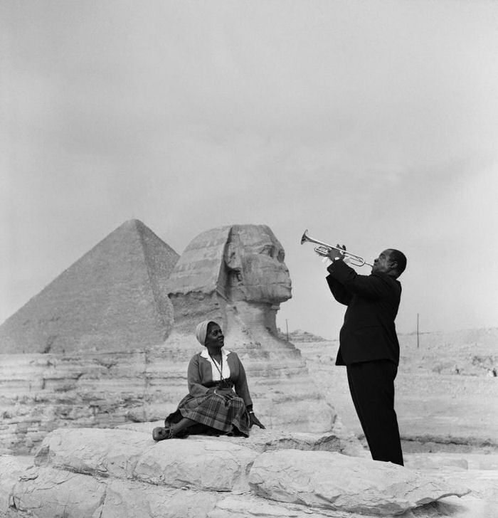 Louis-Armstrong-the-perfect-gentlemen-plays-for-his-wife-in-front-of-the-Sphinx-by-the-pyramids-in-Giza-Egypt-waaaaay-back-in-19611