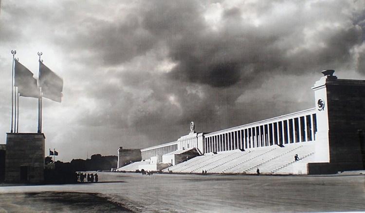 По проекту архитектора Альберта Шпеера началось возведение еще более грандиозного «Поля» для проведения мероприятий нацистской партии и парадов вермахта. «Марсово поле» (8), названное в честь римского бога войны, было размером 955 на 610 метров с трибунами на 250 тысяч зрителей. Но из-за войны проект не был реализован.