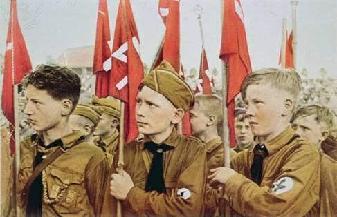 Hitlerjugend. Молодёжи задолго до Второй мировой (1933 г.), через ритуалы и атрибутику прививался культ войны.