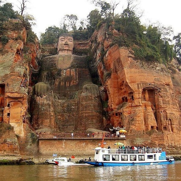Статуя Будды Майтрейи - одна из самых высоких и древних статуй Будды в мире. Находится это грандиозное творение в китайской провинции Сычуань, недалеко от города Лэшань.
