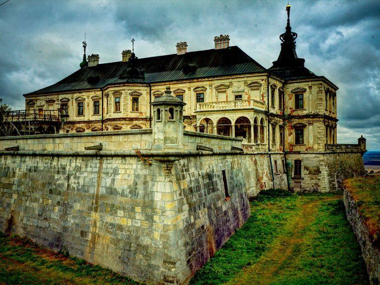 Подгорецкий замок на Украине. Прозрачные человеческие силуэты