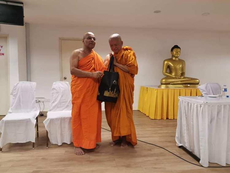 Аджан Вимоккха с другом монахом