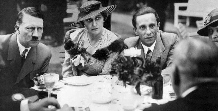 Гитлер и Гебельс с женой