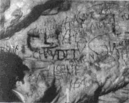 Отто Ран изучает старинные граффити