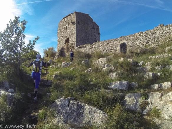 Château en ruine au sommet