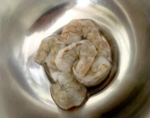 海老をボウルに入れ、塩と酒を加え、しっかりもみ洗いした後、水でよく洗う