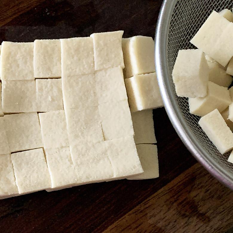 高野豆腐を切り分ける