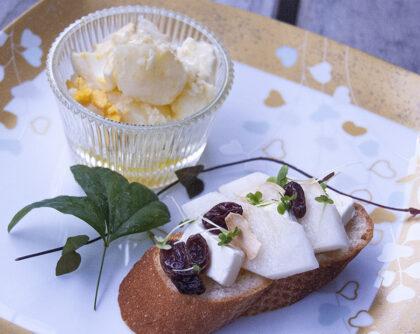 梨とクリームチーズのバゲットとサラダ