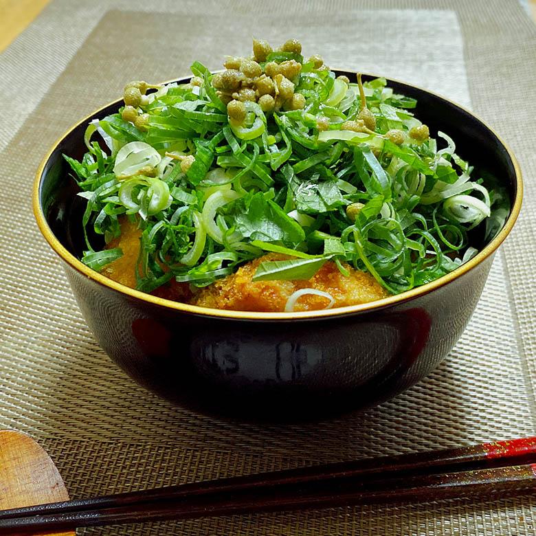 実山椒とネギ・シソのカツ丼