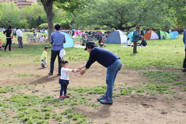 木場公園で遊ぶ親子