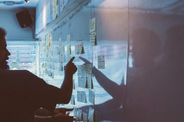 personas planificando transformacion digital