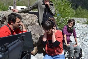 Un laboratoire de l'écoute in situ: chercheurs en SHS et en Sciences de l'Univers à l'écoute des sons des cailloux (Photo: A. Pecqueux)