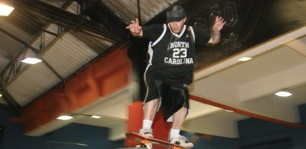 Chorão, do Charlie Brown Jr., se diverte em sua pista de skate (Chorão Skate Park) em Santos (SP)