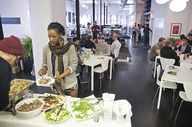 Agradar os empregados recompensa a longo prazo, dizem empresas de tecnologia; almoço na Squarespace, em Nova York