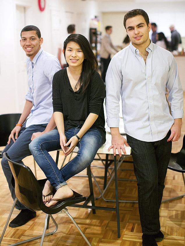 Da esq. para a dir.: Kwame Henderson, Jasmine Gao e Ben Darr, aprendizes do Enstitute