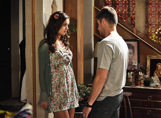 Amália (Sophie Charlotte) vai pedir para Rafael (Marco Pigossi) se entregar