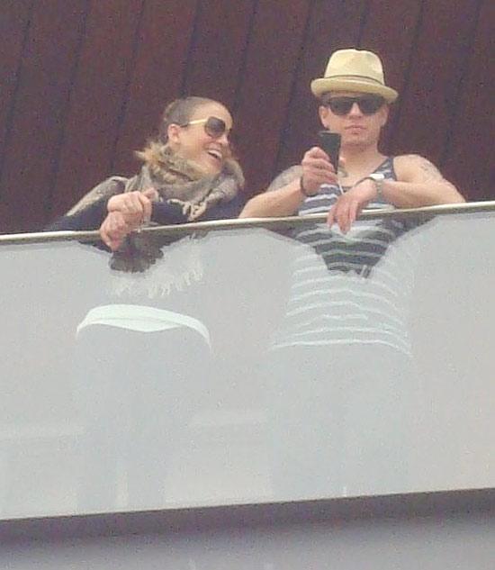 Jennifer lopez e o namorado na sacada do hotel, em Ipanema