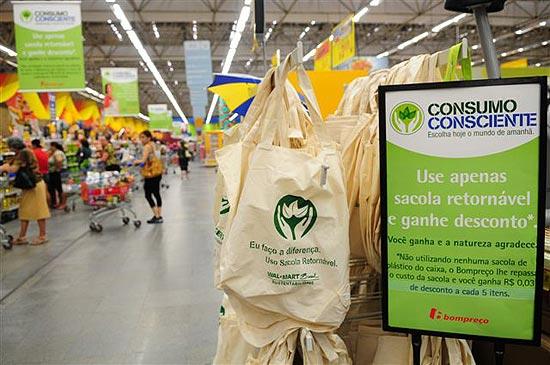 Supermercado Walmart faz campanha com descontos simbólicos para  quem usa sacolas retornáveis