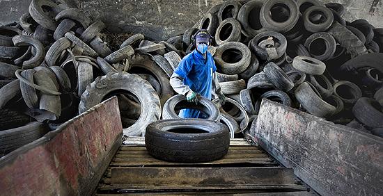 Depósito da Utep em Guarulhos (Grande SP), onde pneus são triturados e reciclados para servir de matéria-prima para asfalto, mangueiras e sapatos
