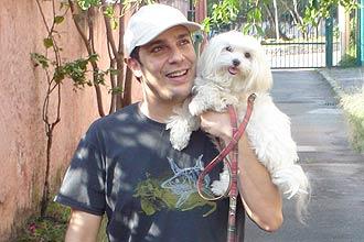Ator Marcelo Médici e sua cadelinha; ator participa de campanha que pede maior punição a maus-tratos em animais