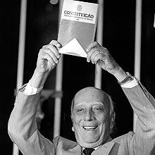 Ulysses Guimarães exibe a nova Constituição Federal de 1988