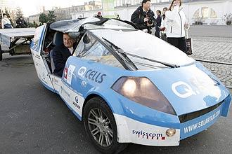 """Carro criado pelo suiço Louis Palmer usa unicamente energia solar e """"nem uma gota de combustivel"""""""