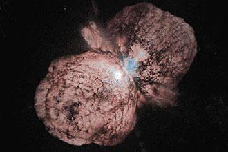 Imagem mostra sistema da Eta Carinae; conforme previsto por pesquisador brasileiro, estrela sofreu um apagão nesta segunda-feira