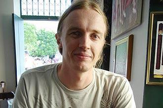 """O químico Luis Roberto Brudna Hölzle, 35, autor do site """"Humor na Ciência""""; desde 1999, coleta """"materiais engraçados"""" pela internet"""