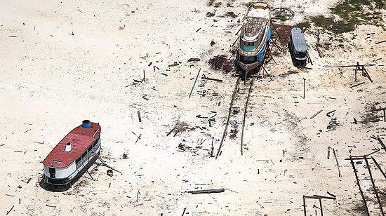Embarcações encalhadas em Tefé, na Amazônia; árvores mortas liberam CO2 semelhante às emissões dos EUA