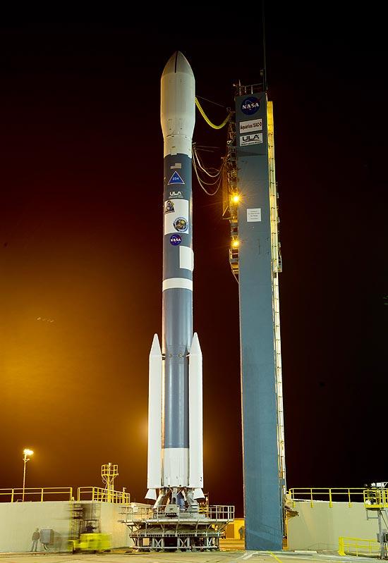 Delta 2 com Aquarius aguarda na plataforma de lançamento (Foto: Bill Ingals)