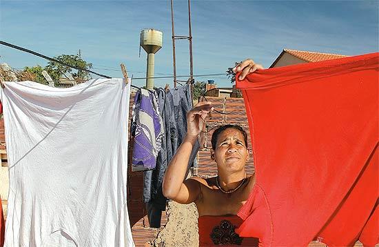 Marivânia da Silva lava roupas com água direto do poço
