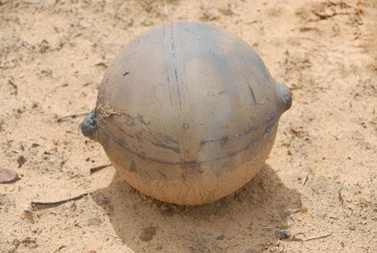 Parece um pequeno guizo, mas na verdade é uma bola metálica que pesa 6 kg e caiu na Namíbia em novembro