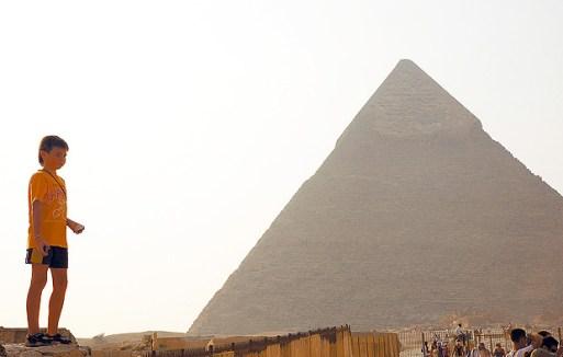 ORG XMIT: 044201_0.tif CAIRO, EGITO, DATA DESCONHECIDA: Menino brinca perto de Quéops, a maior das três pirâmides de Gizé, construída para ser a tumba do faraó Quéops (2251 a.C. a 2528 a.C.); ele escolheu um local ao norte de Mênfis, capital do Egito na época, para construir seu complexo funerário. (Foto: Guilherme Tosetto/Folhapress)