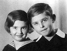 Foto tirada em 1934 mostra os irmãos tchecos Eva e Petr Ginz