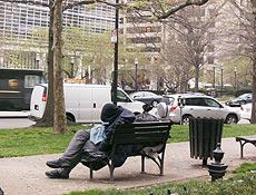 Do lado de fora, sem-teto cochila em banco em frente às sedes de FMI e Banco Mundial