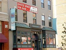 Prédio de escritórios vazio para alugar em Washington; os EUA já contam com a recessão