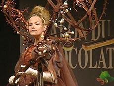 Show de moda em Paris exibe vestidos com adornos feitos de chocolate. Assista ao v�deo