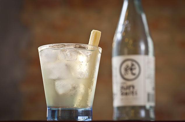 "Drinque de saquê com ""stick"" de cana, servido no A Pastella, em SP"