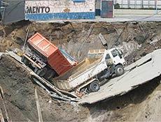 Cratera em obra do Metrô engole caminhões, por Folha OnLine
