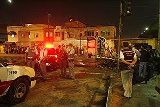 PM isola área onde manifestantes incendiaram dois ônibus na zona leste de São Paulo; motivo é prisão de supostos traficantes