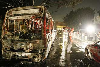 Manifestantes mandaram passageiros descer antes de incendiar ônibus na zona leste de São Paulo; nenhum ocupante ficou ferido