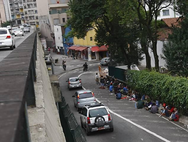 Usuários de droga se juntam em alça de saída do minhocão ao lado da estação Santa Cecília do metrô, região central de SP