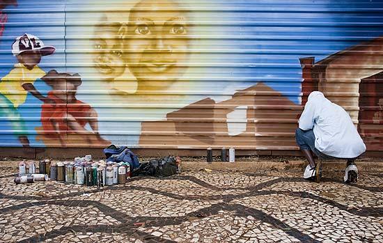 Tapumes que cercam as obras da praça Roosevelt, no centro de SP, são pintados por 122 grafiteiros