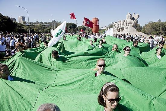 Manifestantes e membros de SOS Florestas participam de um protesto em favor da preservação das florestas