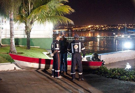 Equipes fazem busca spor desaparecidos após naufrágio de barco coma mais de cem pessoas no lago Paranoá