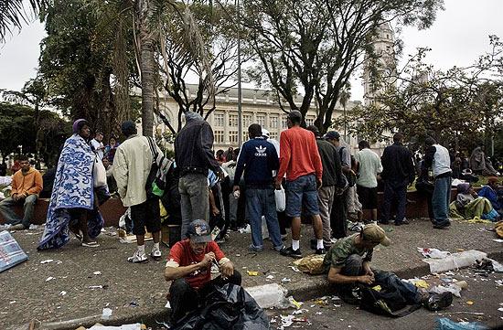 Usuários de crack lotam praça Julio Prestes após dois prédios usados por eles para consumir a droga serem fechados