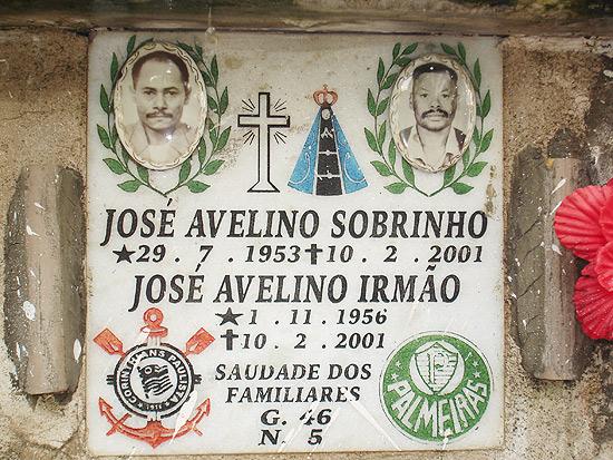 Lápides com distintivos do Corinthians e do Palmeiras, em homenagem aos mortos