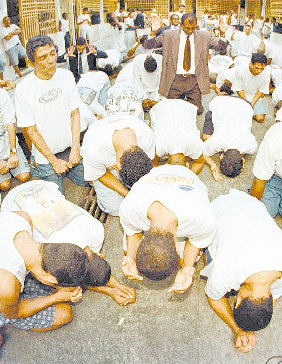 Presos participam de culto religioso no Rio de Janeiro